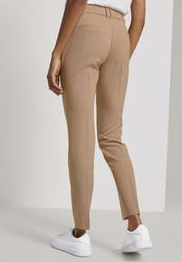 mine to five TOM TAILOR - MIT BUNDFALTEN - Chinos - camel melange - 2