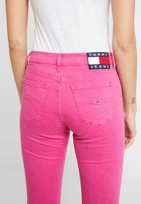Tommy Jeans - NORA MID RISE SKINNY ANKLE - Jeansy Skinny Fit - pink - 5