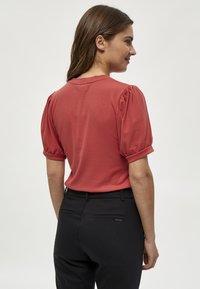 Minus - JOHANNA  - T-shirt basic - berry red - 2