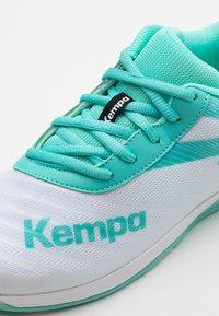 Kempa - WING 2.0 JUNIOR UNISEX - Handball shoes - white/turquoise - 5