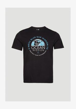 BANDA SEA - Print T-shirt - blackout a