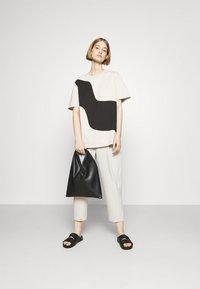 Marimekko - KIOSKI VAHVA TAIFUUNI PLACEMENT - Print T-shirt - light beige/black - 1