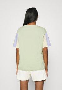 Nike Sportswear - T-shirt imprimé - olive aura - 2