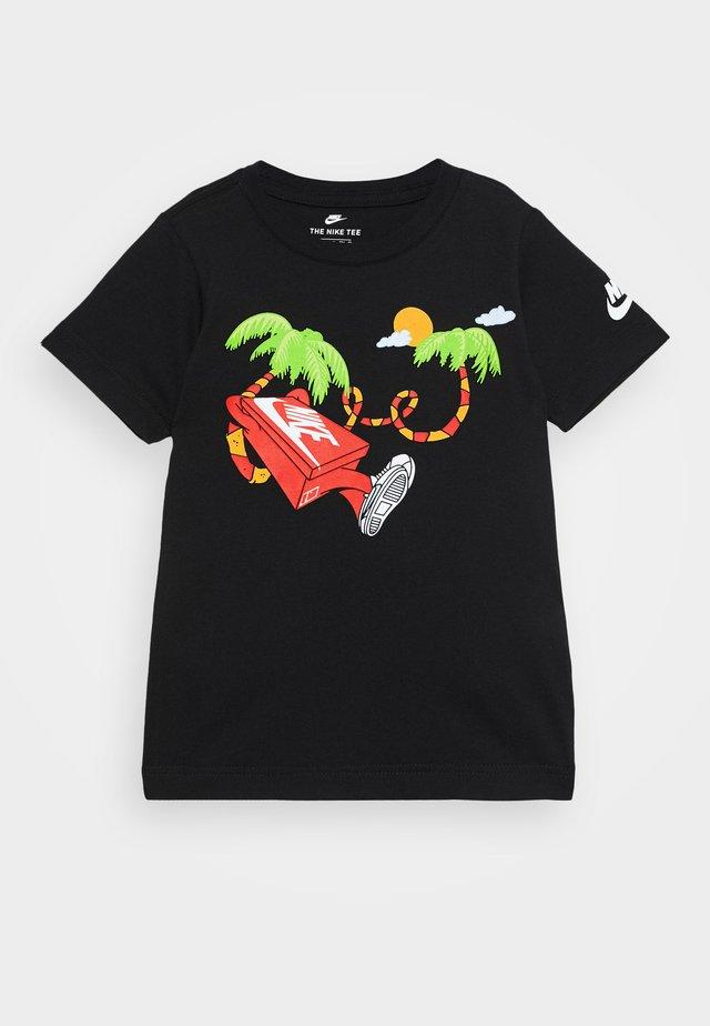 BOYS ERMSY SHOE BOX TEE - T-shirt z nadrukiem - black