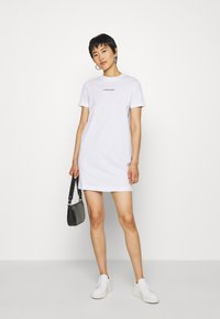 Calvin Klein Jeans - DRESS WITH TAPE - Sukienka etui - bright white - 1
