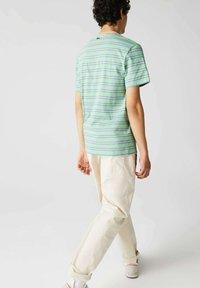 Lacoste - T-shirt imprimé - grün / hell orange / blau - 1