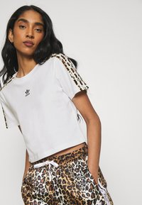 adidas Originals - LEOPARD CROPPED TEE - T-shirts med print - white - 3