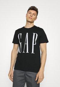 GAP - LOGO DISTRESS - Print T-shirt - true black - 0