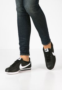 Nike Sportswear - CORTEZ - Sneaker low - black/white - 0