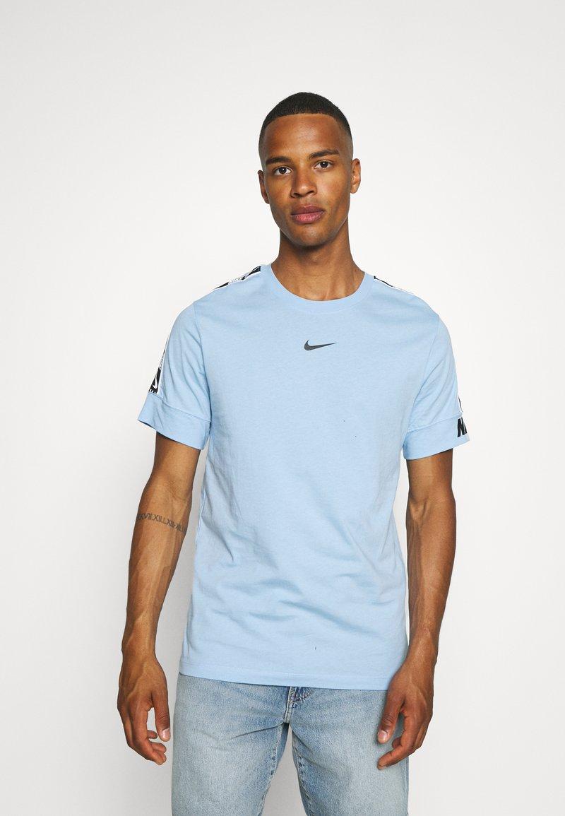 Nike Sportswear - REPEAT TEE - T-shirt med print - psychic blue/black