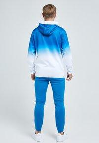 Illusive London Juniors - Tracksuit bottoms - blue & white - 1