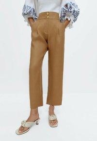 Uterqüe - MIT KNÖPFEN  - Trousers - camel - 0