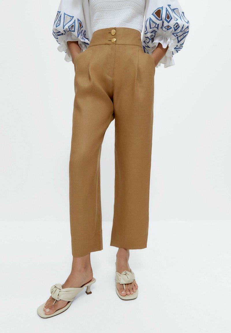 Uterqüe - MIT KNÖPFEN  - Trousers - camel