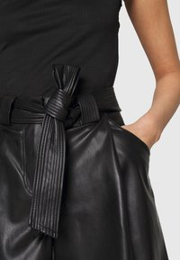 Miss Selfridge - TIE WAIST - Shorts - black - 5