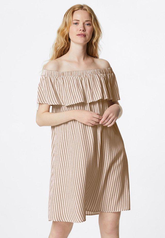 GESTREIFTES OFF-SHOULDER - Robe d'été - camel