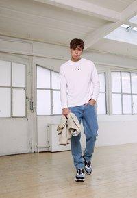 Calvin Klein Jeans - BACK GRAPHIC UNISEX - Maglietta a manica lunga - bright white - 6
