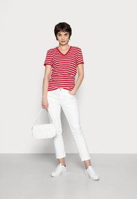 Tommy Hilfiger - NEW V-NECK TEE - Print T-shirt - red - 1