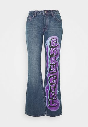 LOW RISE BABY GIRL GRAFFITI  - Vaqueros bootcut - multi