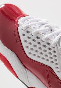 Jordan - MAXIN 200 - Basketbalové boty - white/black/gym red - 2