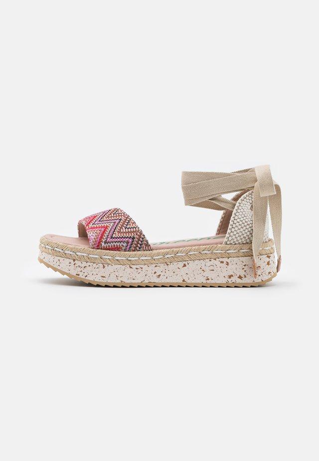 Sandały na platformie - tonga pink