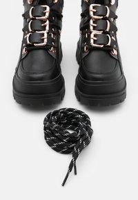 Buffalo - MH X BUFFALO ASPHA BOOT - Cowboystøvletter - black/dark grey - 5