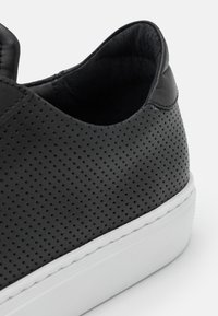 GARMENT PROJECT - TYPE PERFORATED - Joggesko - black - 5
