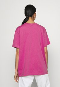 Nike Sportswear - T-shirts med print - active fuchsia/white - 2