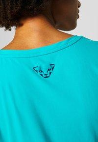 Dynafit - TRAVERSE TEE - T-shirts med print - silvretta - 5