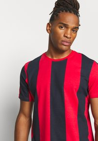 Brave Soul - BERTONIB - T-shirt con stampa - rich navy/red - 3