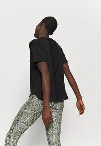 Nike Performance - AEROADAPT - Camiseta estampada - black/metallic silver - 2