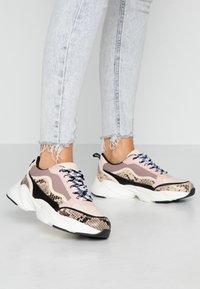Miss Selfridge - TIGER - Sneakers - nude - 0