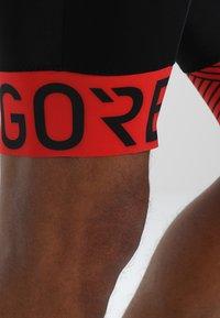Gore Wear - C5 OPTILINE KURZE TRÄGERHOSE - Punčochy - black/red - 4