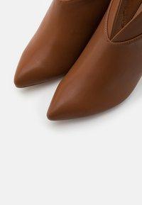 Wallis - CURVE - Boots à talons - tan - 5