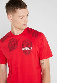 Neil Barrett BLACKBARRETT - 3D MESH SKULLS - Print T-shirt - red/black/white - 4