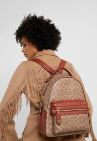 Coach - COATED SIGNATURE CAMPUS BACKPACK REFRESH - Batoh - tan rust - 1