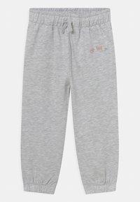 KIDS by NA-KD - ORGANIC BASIC - Pantalones deportivos - light grey melange - 0