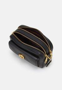 Coach - WILLOW CAMERA ADJUSTABLE CROSSBODY - Across body bag - black - 3