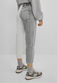 Bershka - IM MOM  - Jeans baggy - grey - 2
