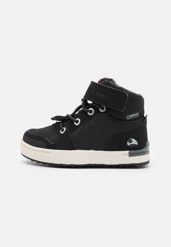 JAKOB MID GTX UNISEX - Hiking shoes - black/charcoal