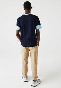 Lacoste - Print T-shirt - bleu marine / bleu clair - 1