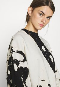 Weekday - AMAZE PRINTED - Sweatshirt - white/black