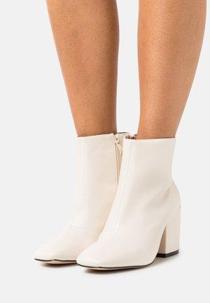 WIDE FIT HOLLIS - Korte laarzen - offwhite