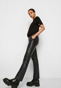 Victoria Victoria Beckham - STRAIGHT LEG TROUSER - Skindbukser - black - 5