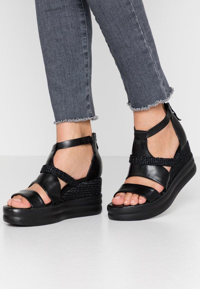 MJUS - Sandály na platformě - nero