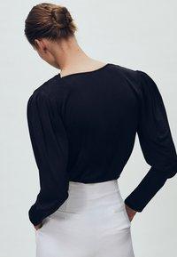 Massimo Dutti - MIT SCHULTERPOLSTERN - Bluzka z długim rękawem - black - 1