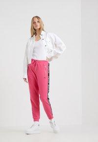 True Religion - PANT TAPE BLACK - Pantalon de survêtement - pink - 1