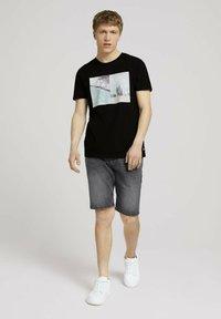 TOM TAILOR DENIM - MIT FOTOPRINT - Print T-shirt - black - 1