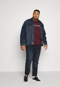 Projekts NYC - HOLDEN SIGNATURE TAPED - T-shirt con stampa - burgundy - 1
