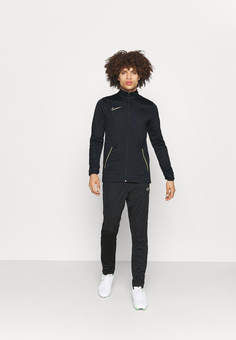 Nike Performance - DRY ACADEMY SUIT SET - Træningssæt - black/saturn gold