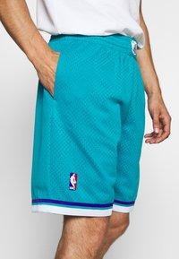 Mitchell & Ness - NBA SWINGMAN SHORTS HORNETS - Sports shorts - teal - 3